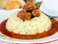 Рецепта Кавърма от свинско месо с праз лук, доматено пюре, червени вино и канапе от ориз